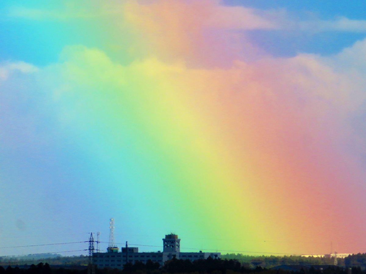 きょう7月16日は「なないろ」で虹の日とのことで、虹の写真をおすそわけです。#虹の日 #天気の図鑑