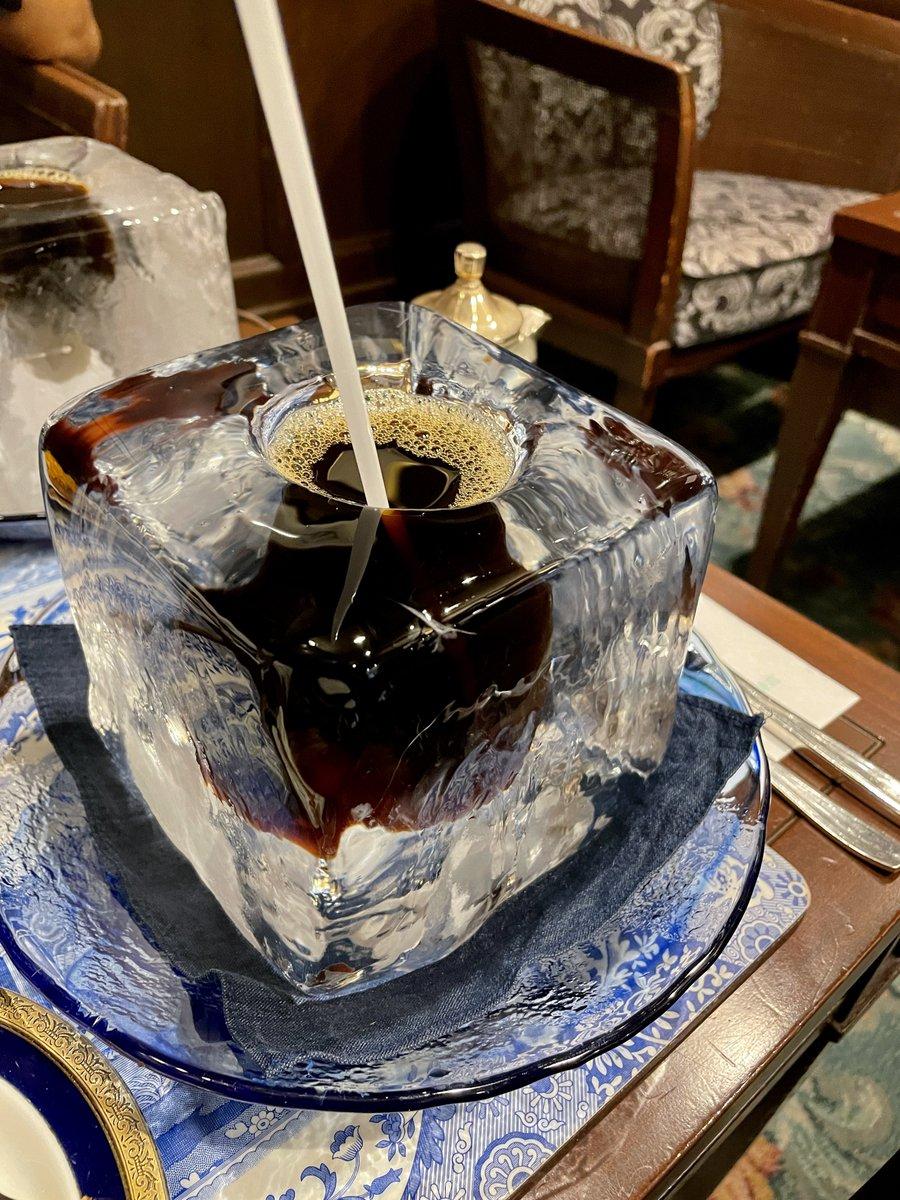 これはクソデカ氷に穴を開けてアイスコーヒーを注いだマジでイカれた飲み物。神戸三宮で飲める(期間限定)