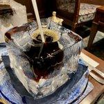 ここでしか飲めない!?クソデカ氷に穴を開けてアイスコーヒーを注いだ飲み物!