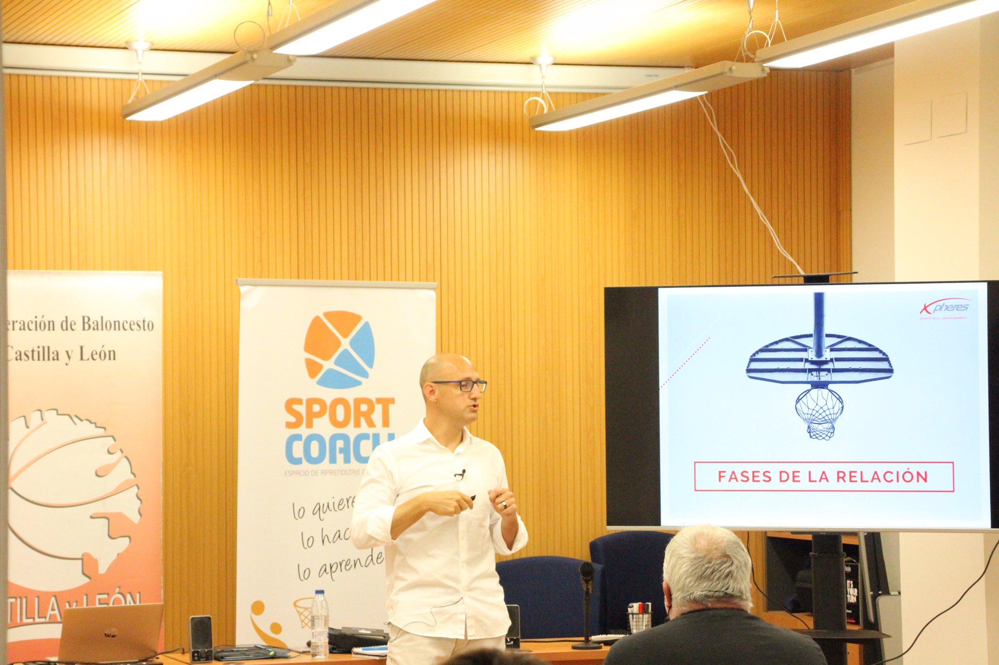 Conferencia sobre las agencias de representación por Igor Crespo en el Máster de Dirección Deportiva. 5 perspectivas transversales del baloncesto en el Máster DIDE