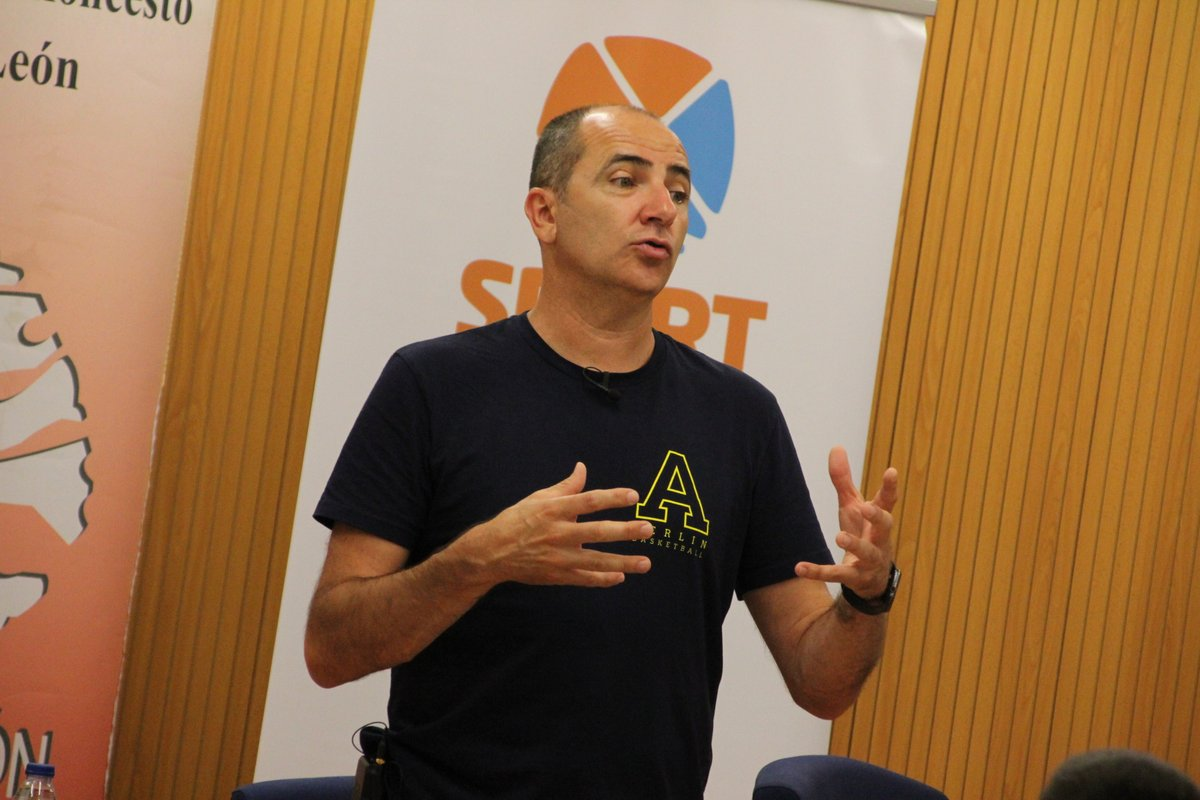 Himar Ojeda hablando acerca del DIDE en el extranjero. 5 perspectivas transversales del baloncesto en el Máster DIDE