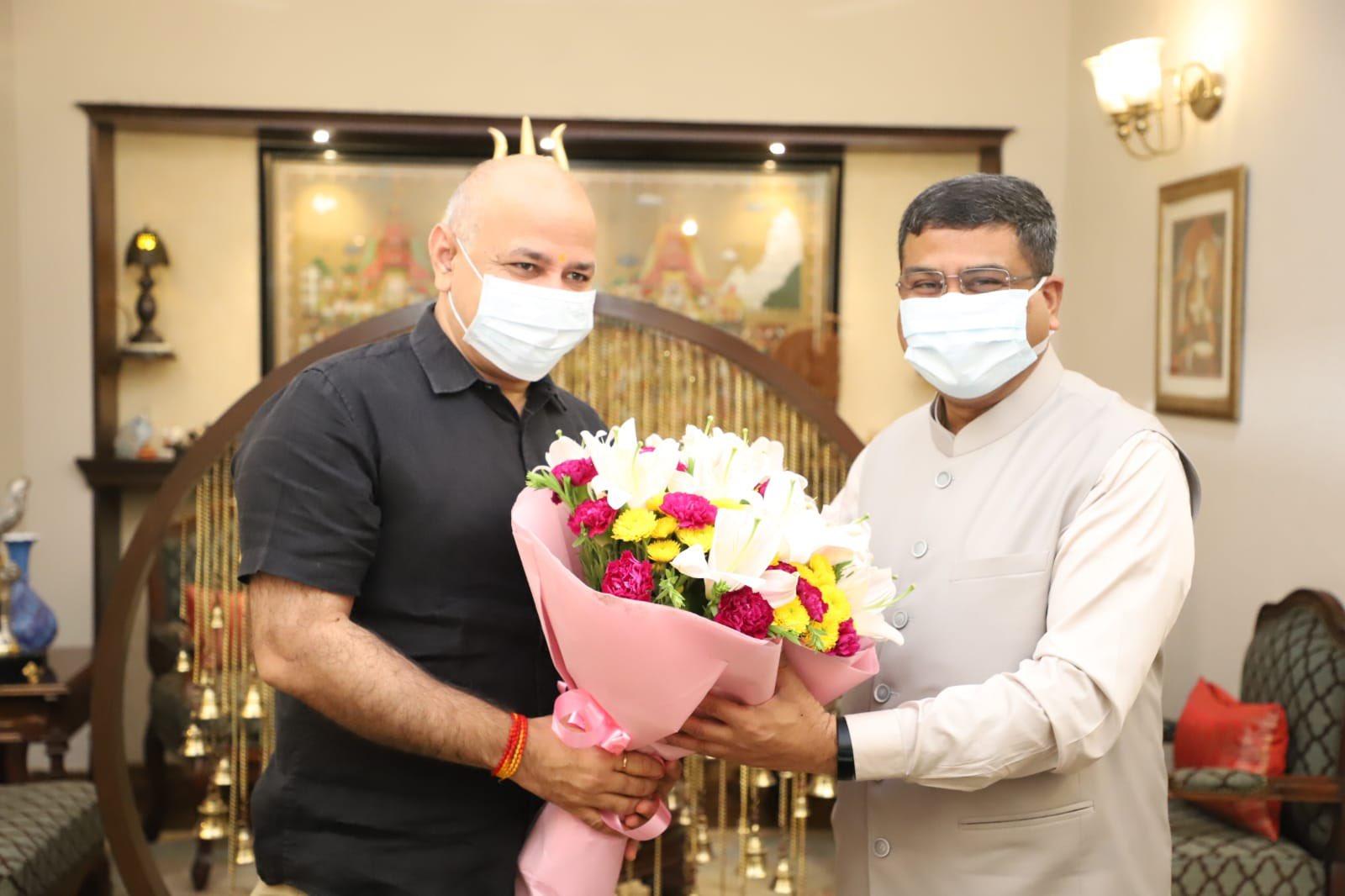 दिल्ली के शिक्षामंत्री मनीष सिसोदिया ने शिक्षा मंत्री धर्मेन्द्र प्रधान से नई दिल्ली में मुलाकात की