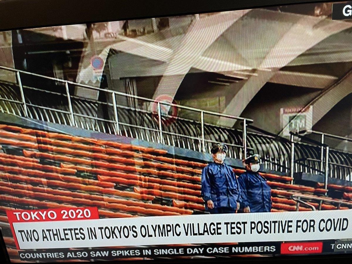 CNNニュースなう。選手村で感染者が出たこと、無観客ゆえ歓声はかつての試合で録音されたものを使うこと、スタジアム建設のため立ち退きを迫られた高齢者の声。国内の感染者が増加していること、日本人の80%が開催に反対していることなどが報道されていた。