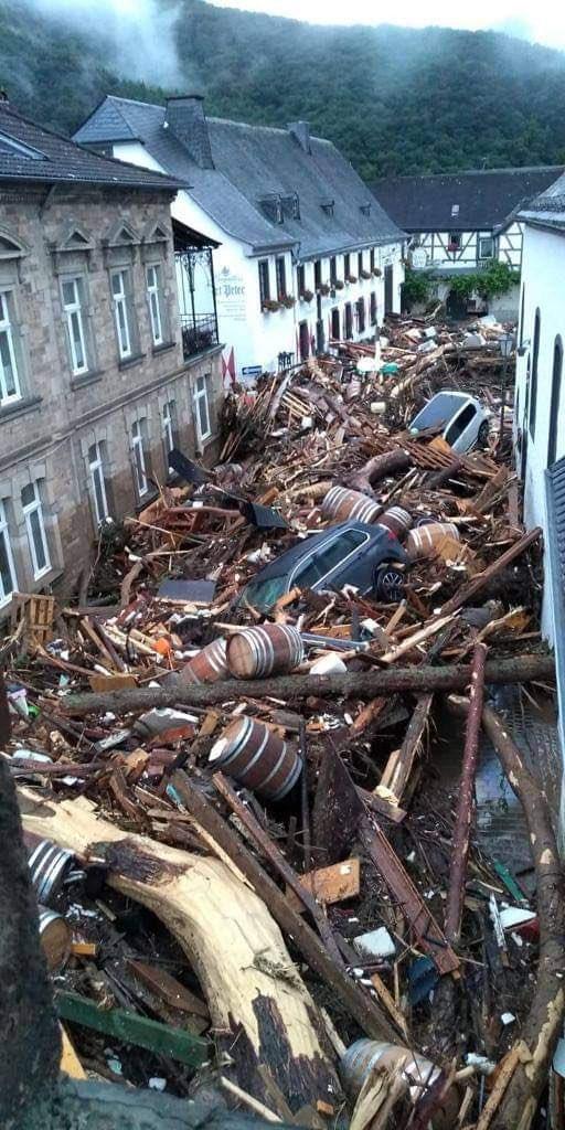 Le temps du nettoyage et de la reconstruction est arrivé en Rhénanie-Palatinat… Les dégâts sont considérables ! Au moins 155 personnes sont décédées en #Allemagne lors de ces violentes inondations. Photo par Martin Gausmann. #germany #flooding