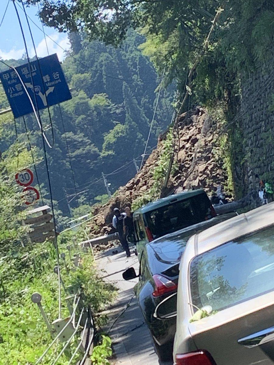 今日の奥多摩の土砂崩れに巻き込まれた者です。 心配して下さった方々もいたので報告すると、電線とバイクに肩が挟まり骨が折れました。命に別状はありません。  あと、少し前に出てたら電柱にぶつかり死んでたかもしれません。 本当に生きてて良かったです。   #奥多摩 #土砂崩れ #バイク #30代男性