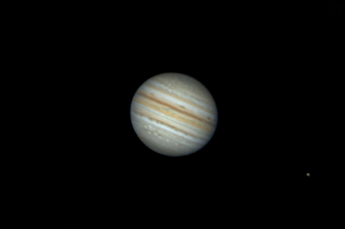 梅雨明けの夜空、街が寝静まった夜半過ぎ、南の空に輝く木星と土星を望遠鏡を使って撮影しました。木星の右下に写っている星は木星の衛星のイオです。 (本日未明撮影) 今日もお疲れさまでした。