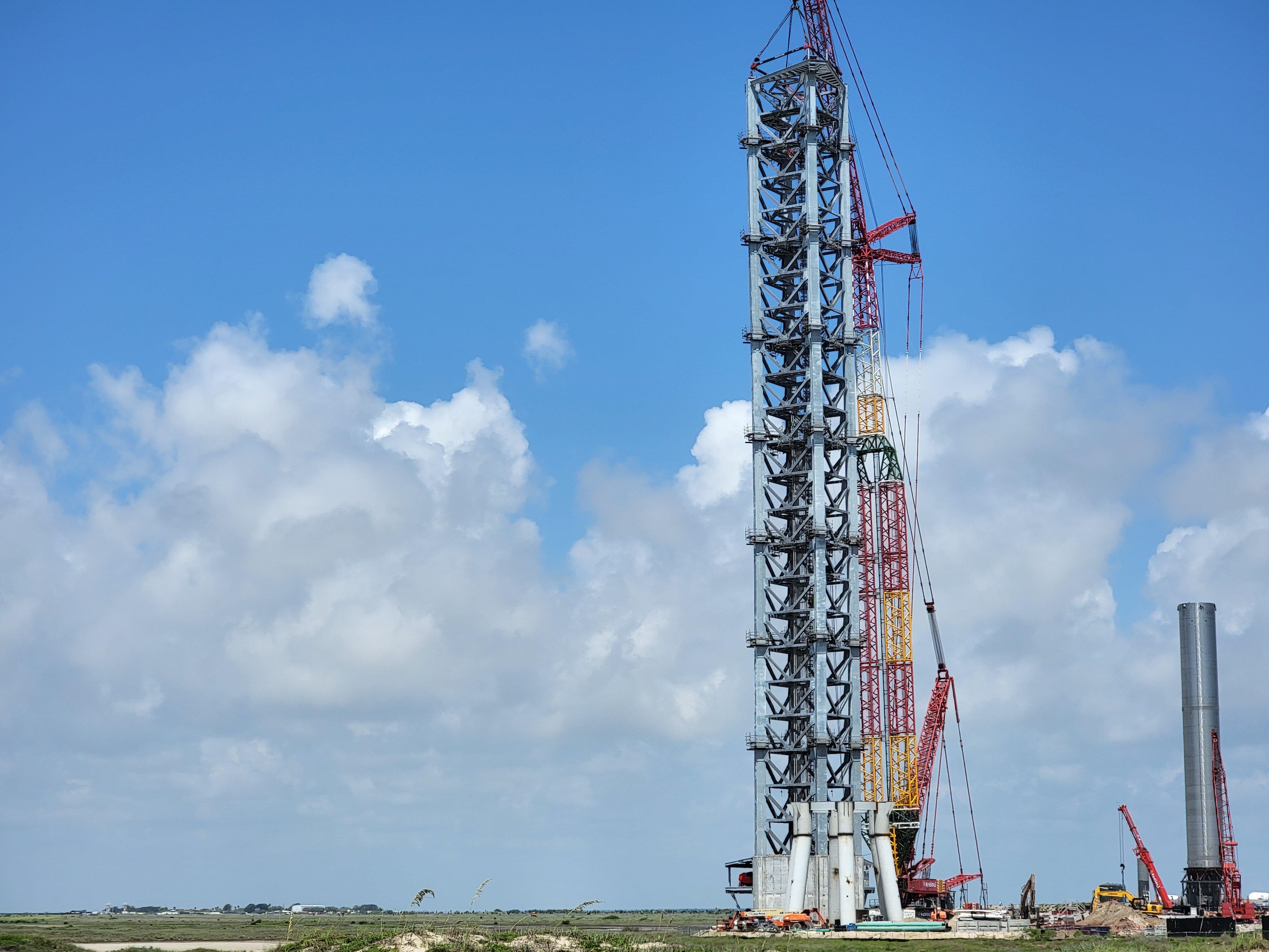 Строится башня для удержания сверхтяжёлой ракеты
