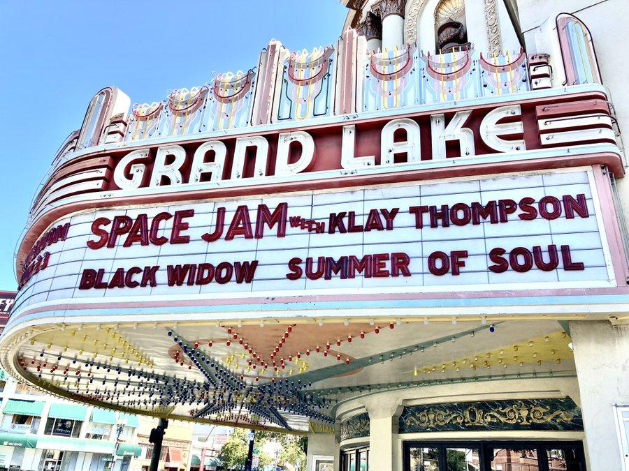 Кинотеатр в Окленде представил Клэя Томпсона как главную звезду Космического джема