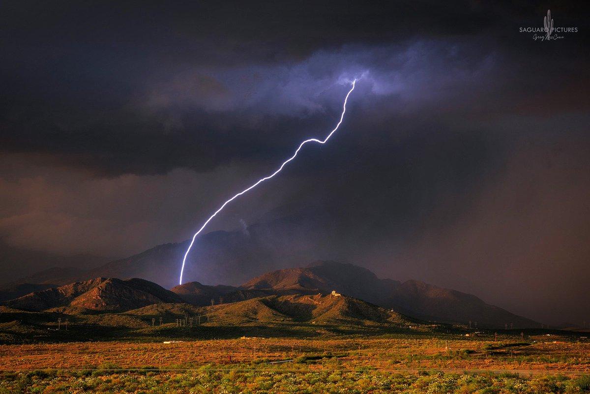 Superbe composition, avec ces couleurs et cette #foudre, hier soir près de #Tucson en #Arizona. #lightning #azwx
