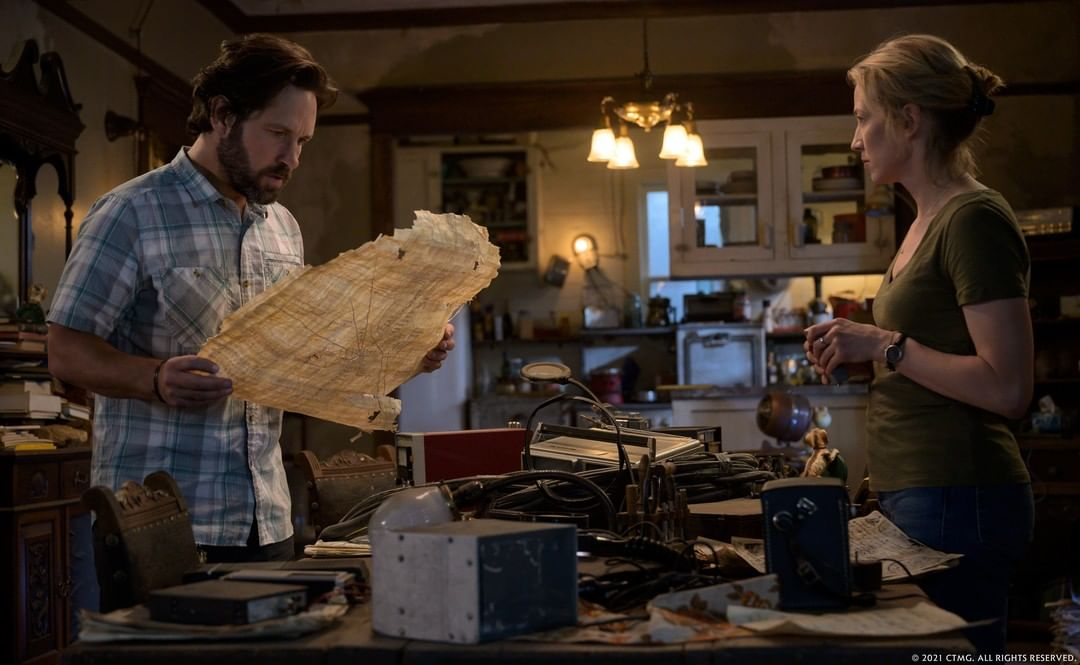 #PaulRudd and @CarrieCoon sifting through mysterious objects at the farmhouse in Summerville. @Ghostbusters: Afterlife https://t.co/ADmj0dyiOE