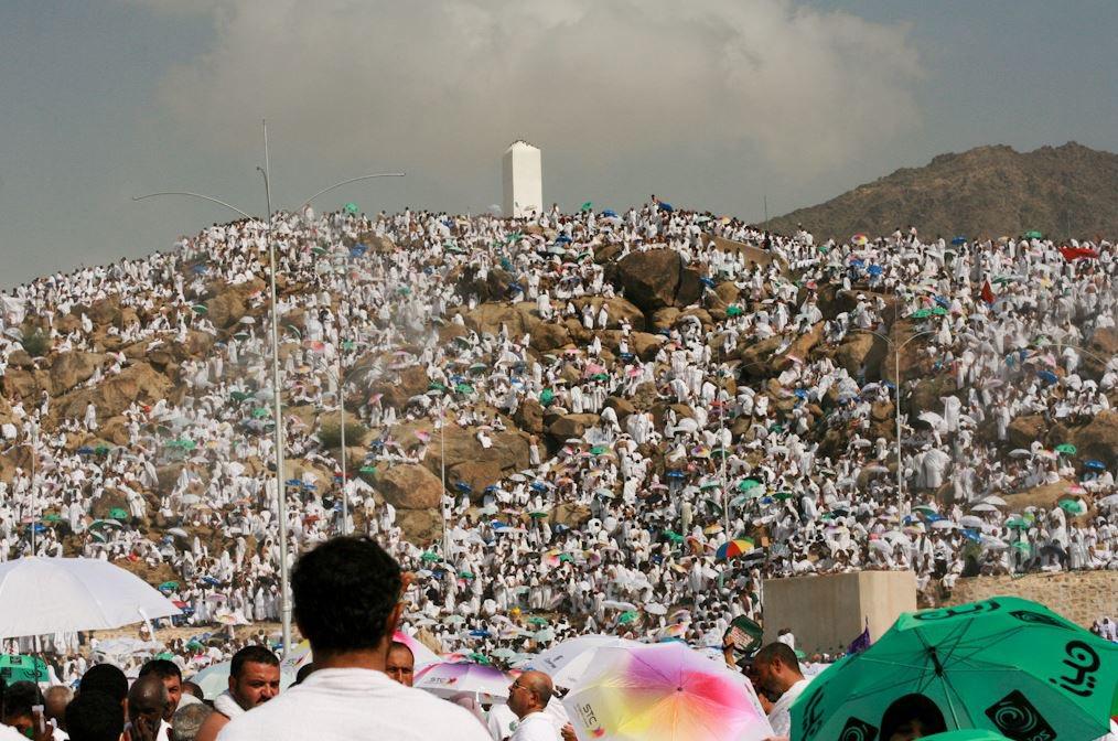 جموع الحجاج يتوجهون إلى جبل الرحمة في مشعر عرفات https://t.co/mMMf074SYu