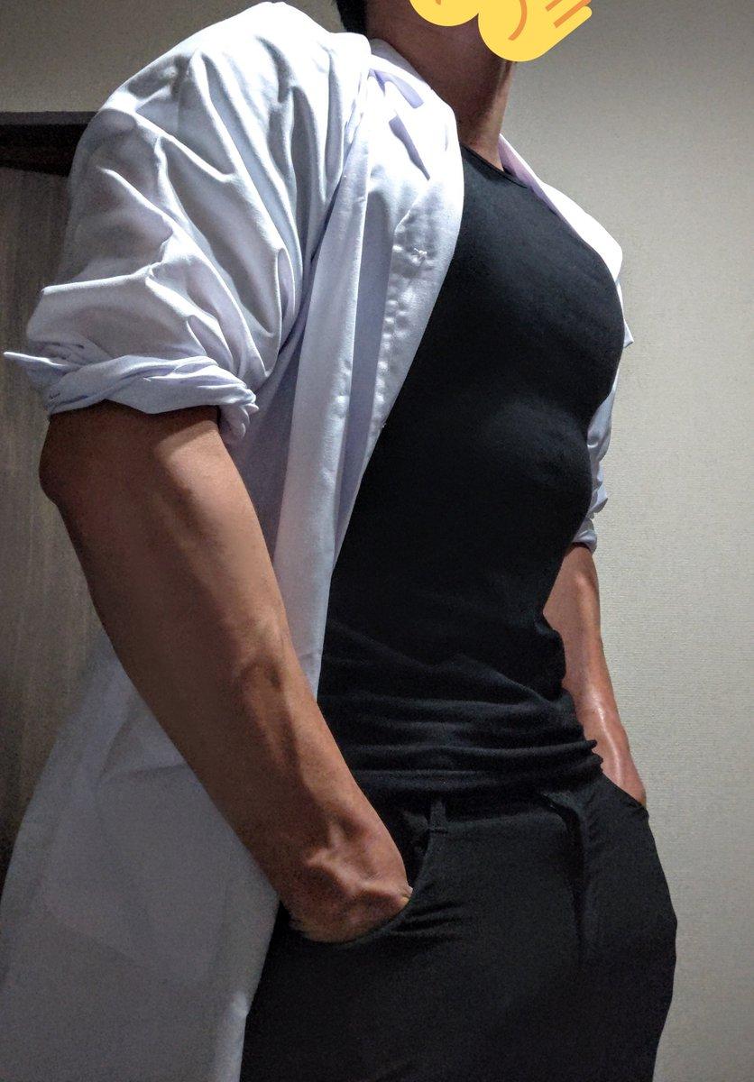 ピッチリ黒Tシャツ×白衣  脳筋×知性って感じで好き