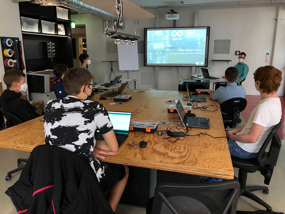"Endlich #arbeiten in Präsenz im <a class=\""link-mention\"" href=\""http://twitter.com/flux_nrw\"" target=\""_blank\"">@flux_nrw</a> #Schülerforschungslabor 🥳 Heute lernen die #Schüler, wie man mit einem mit einem #Arduino programmiert 🤖 <a href=\""https://t.co/4QTAXZzqUN\"" class=\""link-tweet\"" target=\""_blank\"">https://t.co/4QTAXZzqUN</a> #code #codingisfun #mint #Ferien <a class=\""link-mention\"" href=\""http://twitter.com/LichtforumNRW\"" target=\""_blank\"">@LichtforumNRW</a> <a class=\""link-mention\"" href=\""http://twitter.com/LernortLabor\"" target=\""_blank\"">@LernortLabor</a> <a href=\""https://t.co/KDMnSJpPu8\"" class=\""link-tweet\"" target=\""_blank\"">https://t.co/KDMnSJpPu8</a>"