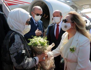 الرئيس أردوغان يصل جمهورية شمال قبرص التركية وسط مراسم استقبال رسمية https://t.co/HLnMfRWmvw https://t.co/FDVpd5aKVZ