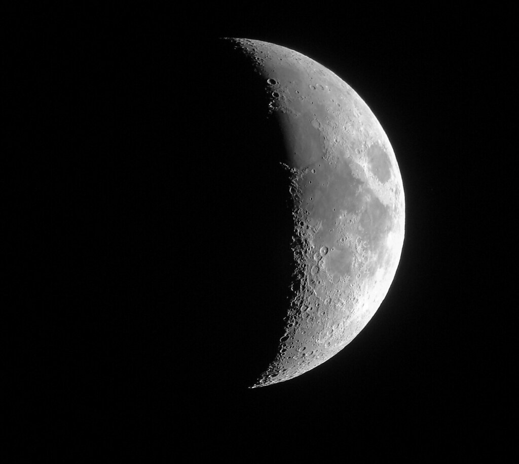 Phases of the moon are caused by the position of the earth & moon when orbiting the sun! We see the shadows created by the earth on the moon. The moon is visible at night because it is reflecting the sun's light. Find out more in our Planetarium shows!Thursdays @ 4!✨🌙🔭#MoonDay https://t.co/J3hEpCo28G