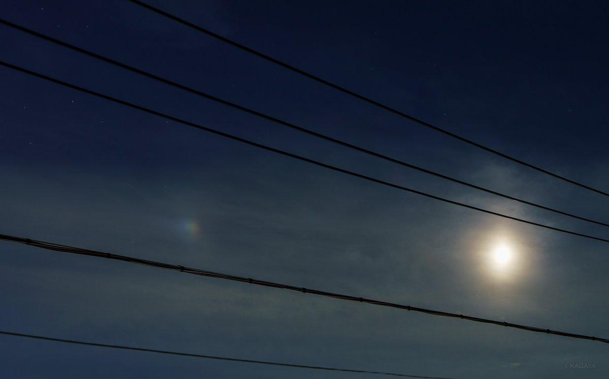 先ほどから東京にて「幻月」が見えています。 写真右の明るいのが月で、左の淡い色づいた光が幻月です。 (今撮影) 今日もお疲れさまでした。
