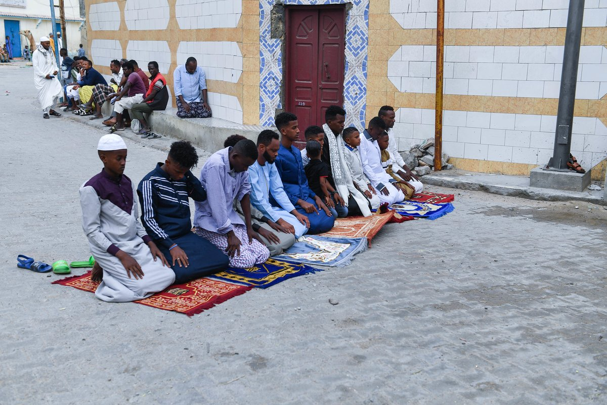 #Somali muslim faithfuls celebrated #EidalAdha today with outdoor prayers, gatherings and acts of charity, creating a spectacle of color and enthusiasm that reflects the country's growth, relative peace & security. #EidAlAdha marks the end of the Hajj–the fifth pillar of #Islam. https://t.co/lsAlGlRwoP