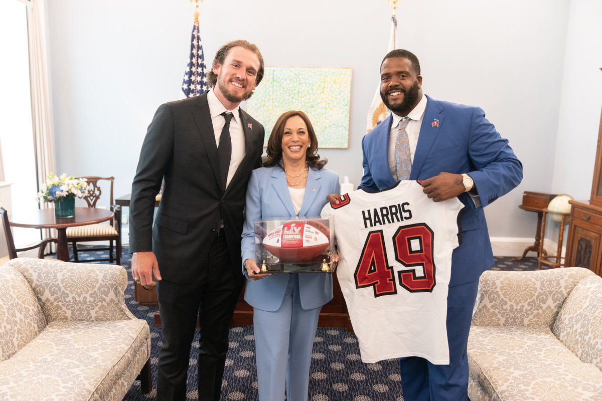 Thanks for the jersey, and for stopping by my office to discuss voting rights, @DSmith_76 and @bpinion05! Hope you and the @Buccaneers had a good visit to the White House. https://t.co/we4UUzqo9W