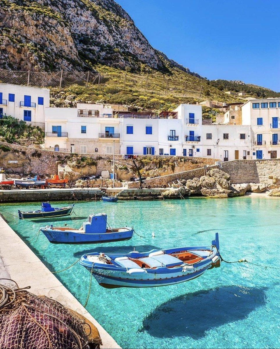 シチリアに行きたくなる絶景。レバンゾ島の海が透明すぎて舟も浮かんで見える。