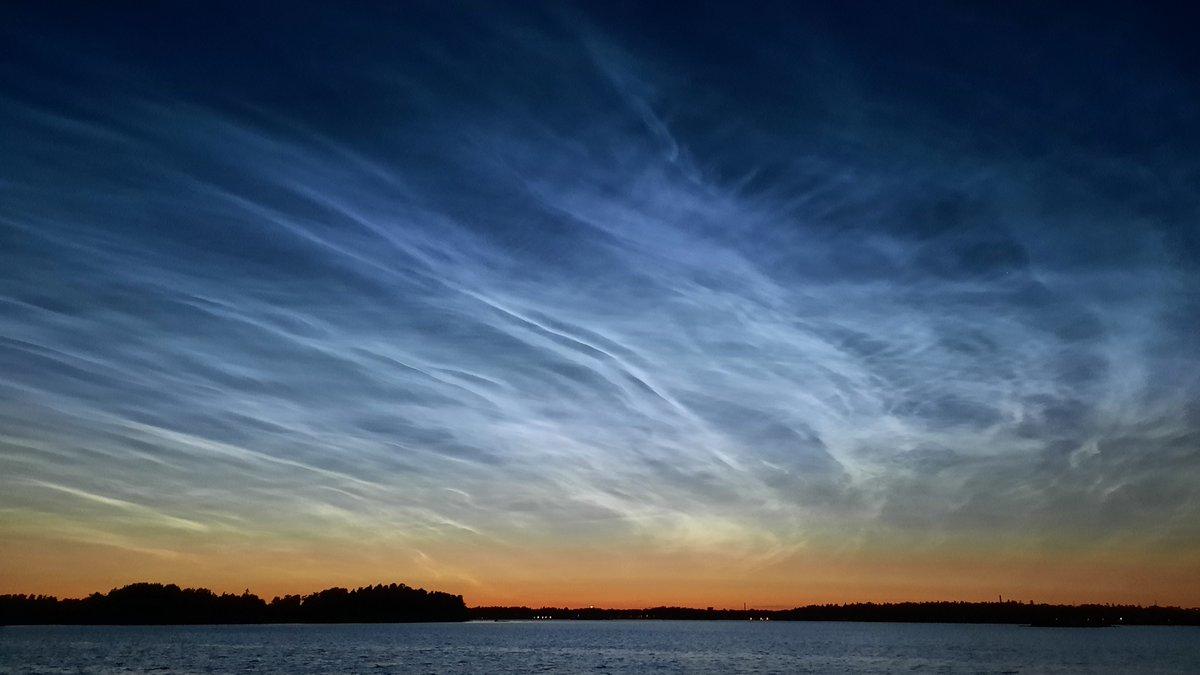 Aurinko valaisi vielä hieman ennen klo 1:tä viime yönä hienosti noin 80 km:n korkeudessa olevat pilvet. #valaisevatyöpilvet #Helsinki #Lauttasaari https://t.co/S48zR6mjR2