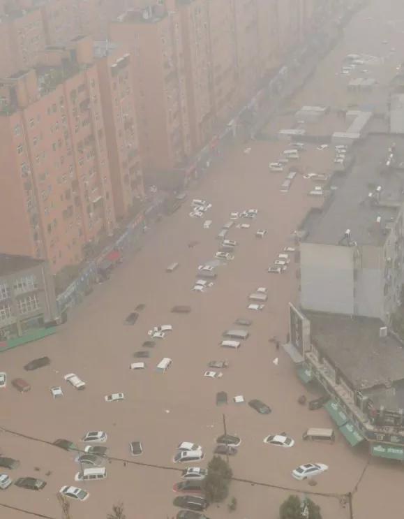 Leider häufen sich die Flutkatastrophen, nicht nur bei uns. In Zhengzhou ist das Äquivalent von 8 Monaten Niederschlag  innerhalb eines Tages Gefallen. #FightFor1Point5