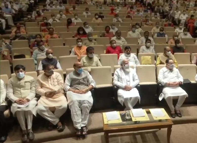 प्रधानमंत्री मोदी ने पार्टी सांसदों से कहा है कि वे अपने अपने क्षेत्रों में खेलकूद गतिविधि तथा प्रतियोगिताओं का आयोजन करें