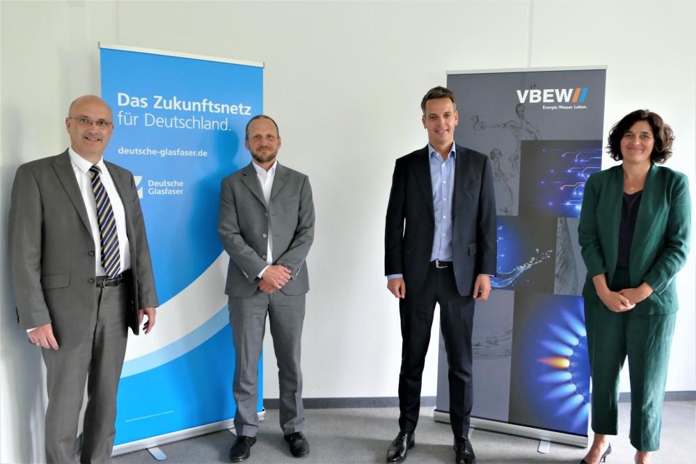 Glasfaserausbau in #Bayern - schneller und sicherer: Der Verband der Bayerischen Energie- und Wasserwirtschaft und Deutsche Glasfaser unterzeichnen ein Memorandum für bessere Koordination beim Infrastrukturausbau im Land. #FTTH https://t.co/bfiYQhv3F5 https://t.co/ajb04DQQHi