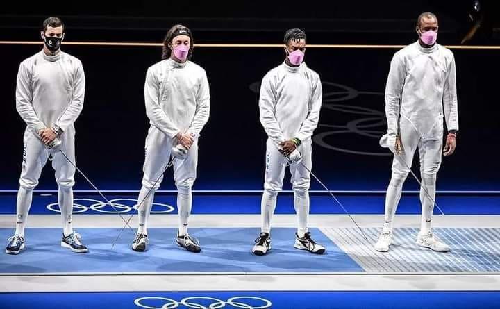"""Acierta Oaxaca's tweet - """"Los esgrimistas Jake Hoyle, Curtis McDowald y Yeisser  Ramirez de #EstadosUnidos, portaron cubrebocas rosas en su participación de  los #JuegosOlímpicos, esto en apoyo a las víctimas de su"""
