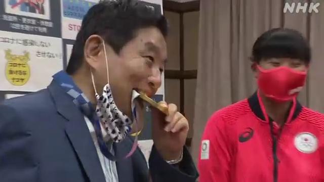 名古屋市の河村市長、選手からの金メダル報告で突然メダルをかじってしまう・・・