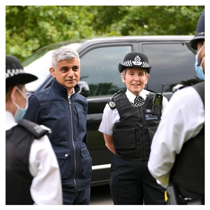 More firearms seized than ever before amid continued violent crime crackdown.  4⃣5⃣0⃣ seized 2020/21 +9⃣8⃣ April - July 2021  Commissioner joined by @MayorofLondon on operations targeting those suspected of carrying firearms and involved in gangs.  📰➡️ https://t.co/kGAlshEEls https://t.co/pcbSlvp7ep