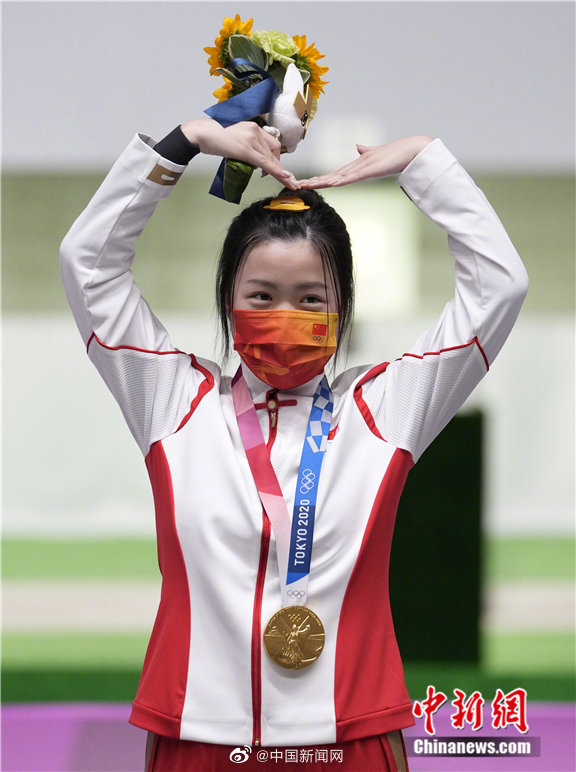 #Trending! #YangQian wins the first #Tokyo2020 gold medal in style, sporting pearl nail art for her Olympic debut. 💅  C-netz discover the 21-year-old is also a student at Tsinghua University School of Economics and Management!  #杨倩 https://t.co/KEXWhZenrr