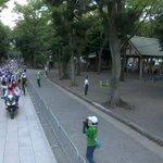 オリンピックの自転車ロードレース、神社の境内を通過する!