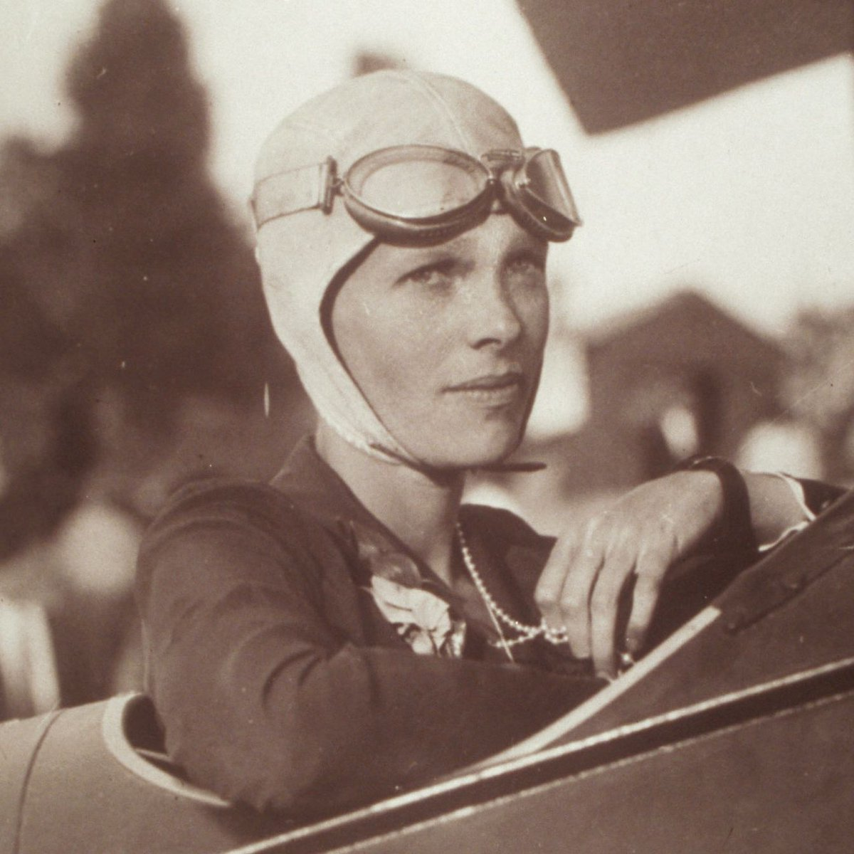 Patriarchy got you down? Do an Earhart and soar above the haters. 🛩️  Happy Birthday to Amelia Earhart, a pilot who helped pave the way for women to take to the skies.  #HappyBirthday #AmeliaEarhart #FemalePilot #Herstory #Herstorian #WomenInHistory #WomensHistory #OTD https://t.co/lyoheFJscV
