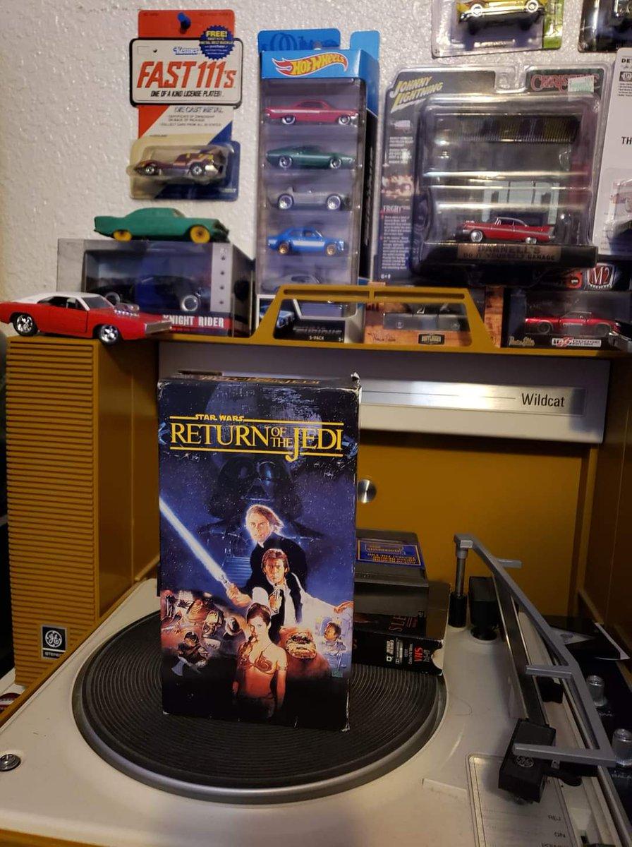 Up next on my 80's Fest Movie & TV Marathon...Star Wars: Episode VI - Return Of The Jedi (1983) on glorious vintage VHS 📼! #movie #movies #scifi #actionadventure #starwars #returnofthejedi #StarWarsEpisodeVIReturnOfTheJedi #georgelucas #vintage #vhs #80s #80sfest https://t.co/ktKSBpyDOC