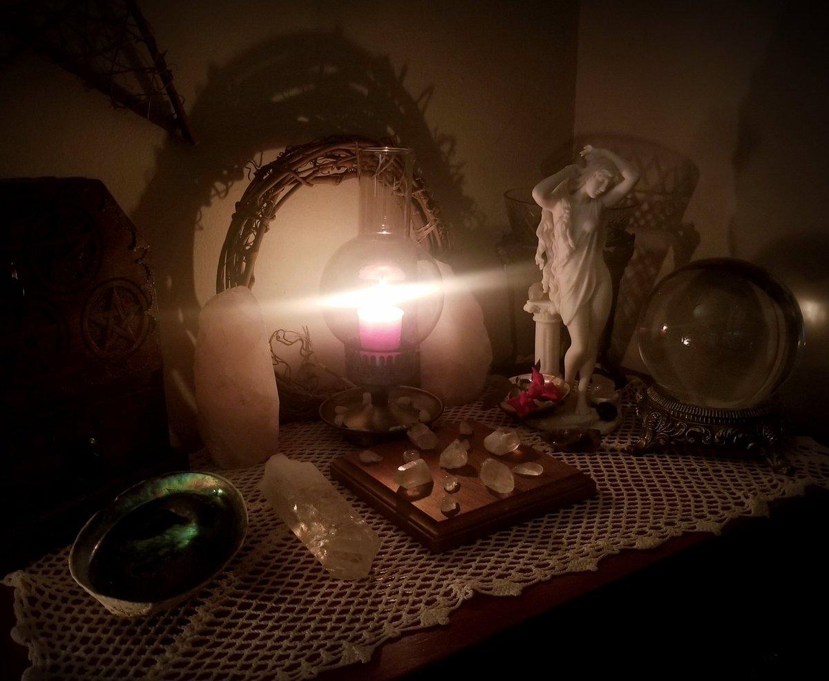 Full moon - Yes.  Full Friday moon - Love.  Receive all the love on this full moon. 🌹🌕 ❤  #fullmoon #aphrodite #love #venus https://t.co/8fjG46lVql