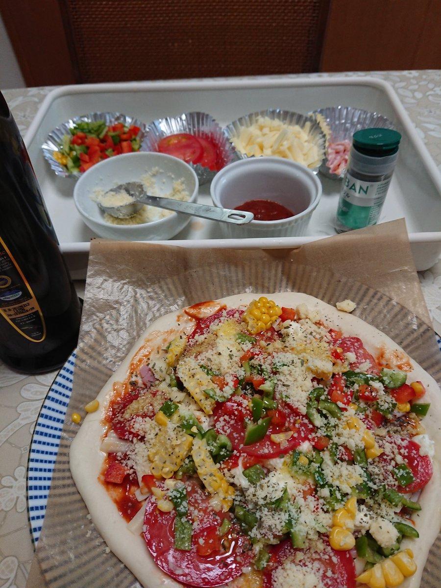 連休は不要不急の外出以外stayhomeに努めてます。 お家時間活用で、久々に生地から手作りピザでランチ🎵  #ピザ #pizza #homemade #stayhome https://t.co/c6QIWvDTk8