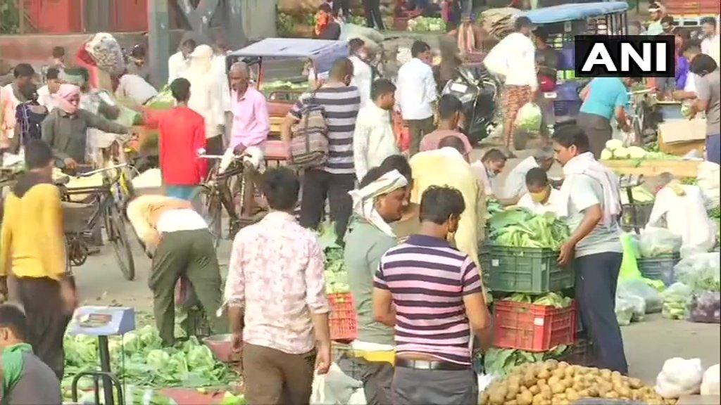 #COVID19 norms flouted as people make purchases at Delhi's Ghazipur vegetable market this morning.  (ANI) https://t.co/29VRdKi62o