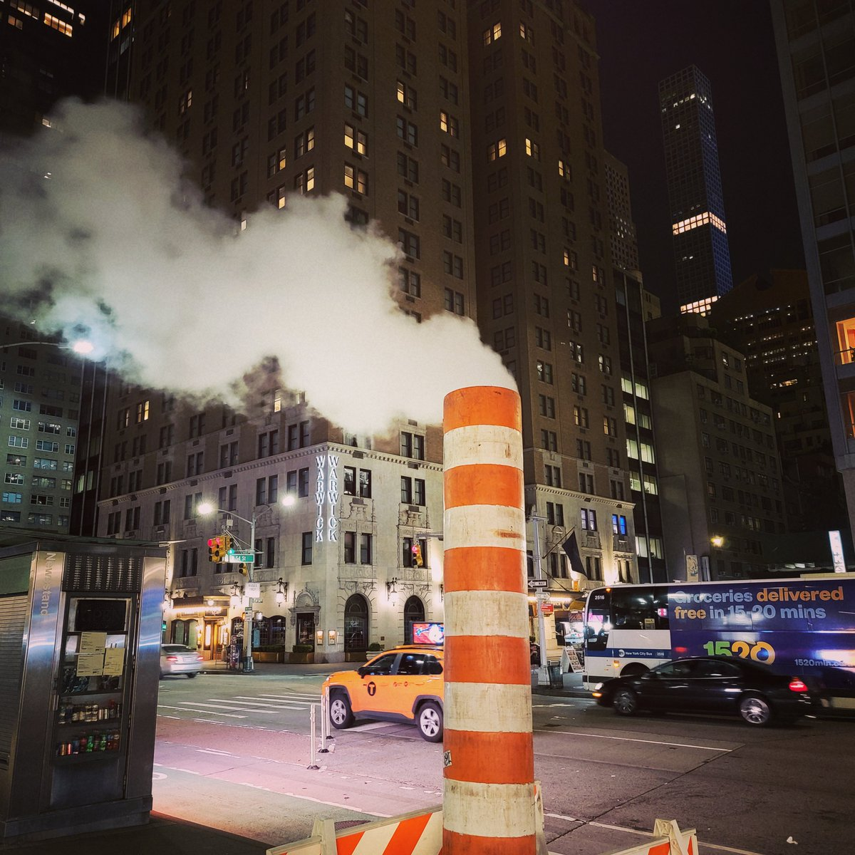 Just your basic mysterious ConEd plume of steam.  #NYC #coned #FridayFeeling @ConEdison https://t.co/8atd5qMgG7