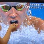 頑張っている選手にヨーグルトを!テレビに写る水泳選手にヨーグルトをあげる子どもたちw
