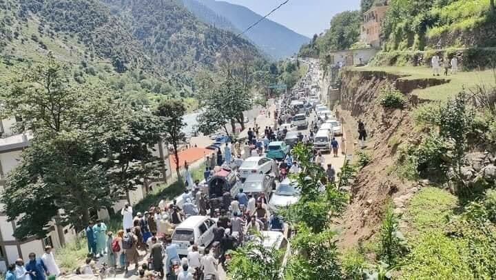When you don't have the required infrastructure don't expose the areas to tourism. The road is just 20 ft wide while there are thousands of vehicles on it. We urgently need another road on the eastern side of the #SwatRiver beyond the #Madyan town and up to #Kalam. https://t.co/7GuJyXqbLW