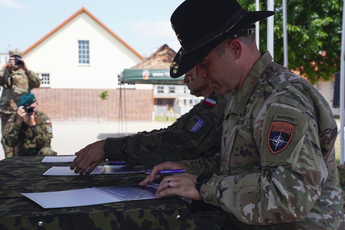 #PartnershipSaturday | LTC Jason Adler, commander, 1/2CR, relinquished command to LTC Craig Broyles, commander, 3rd Battalion, 81st Stryker BDE Combat Team, 161st Infantry Regiment, during a transfer of authority ceremony for NATO's eFP.  #WeAreNATO (📸 by Sgt. LaShic Patterson) https://t.co/NebTQHtINi