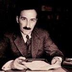Pour la première fois, j'appris à observer le type éternel du révolutionnaire professionnel qui, par son attitude de pure opposition, se sent grandi dans son insignifiance et se cramponne aux dogmes, parce qu'il ne trouve aucun point d'appui en lui-même. Stefan Zweig