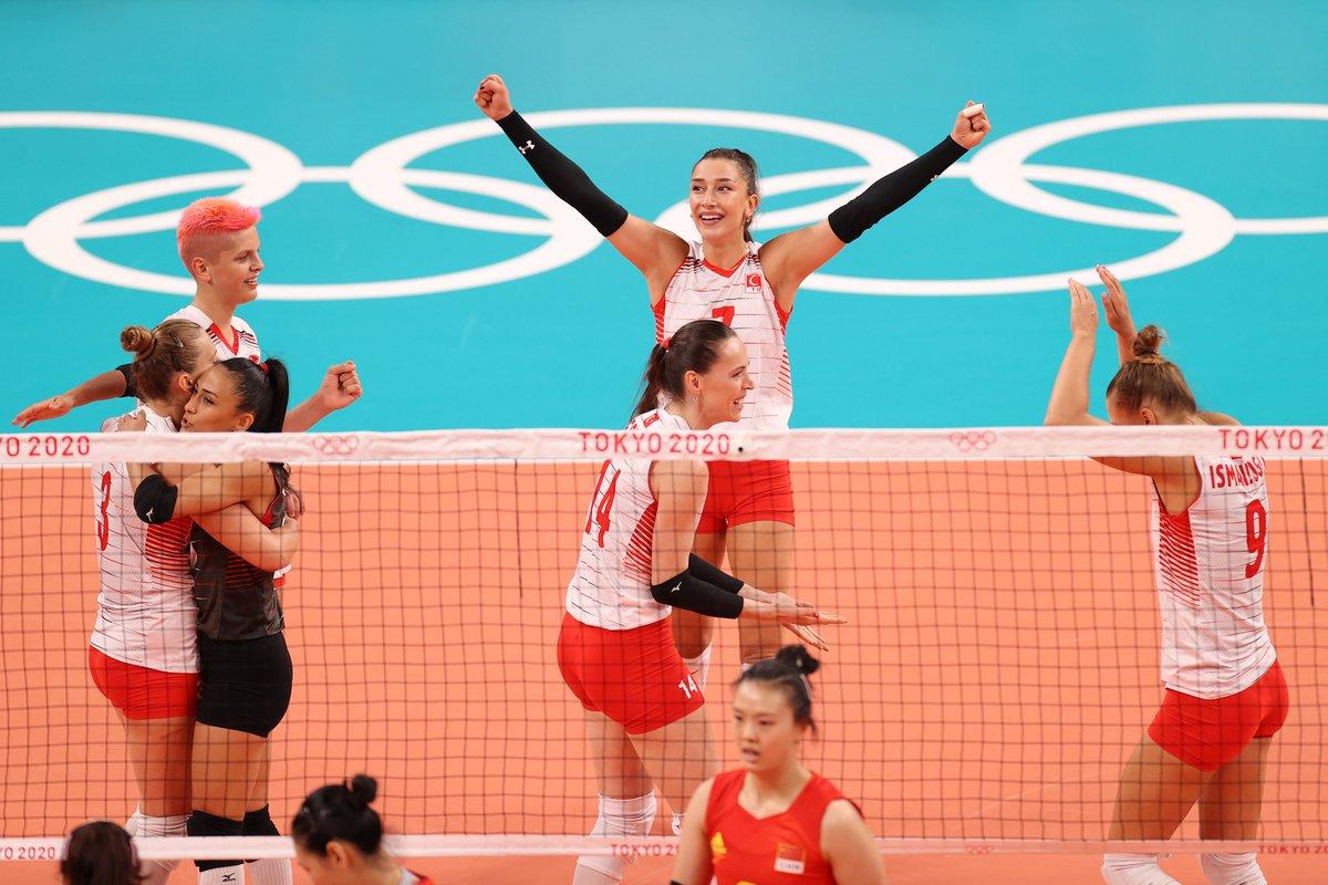 🇹🇷 Türkiye'den net galibiyet 🧿   Kadın Milli Voleybol Takımı, son Dünya Kupası şampiyonu Çin'i 25-21, 25-14 ve 25-14'lük setlerle 3-0 mağlup etti ve #Tokyo2020'deki ilk galibiyetini aldı. #OlimpiyatOyunları https://t.co/LzbDfhnRIl