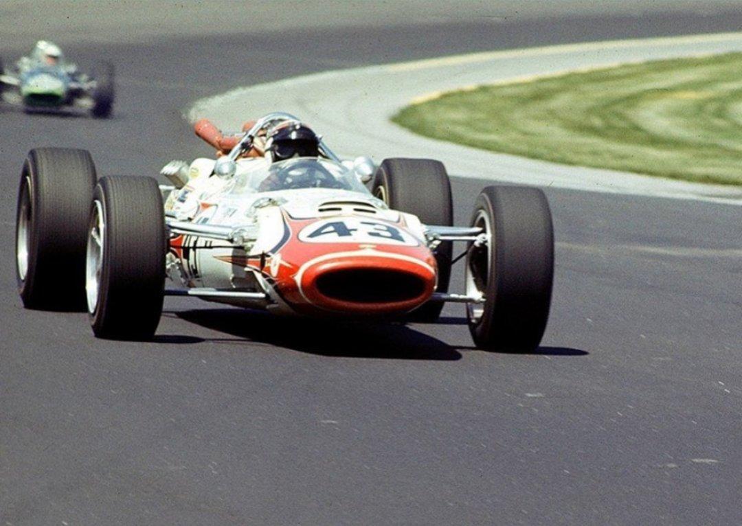 Sir Jackie Stewart pilotando a Lola T90 nas 500 Milhas de Indianápolis de 1966 Imagem pega em @np_classic_races_motorsports   #indy #indycar #indy500 #indianapolis500 #jackiestewart #sirjackiestewart #stewart #lolacars https://t.co/kACEoOyVWj