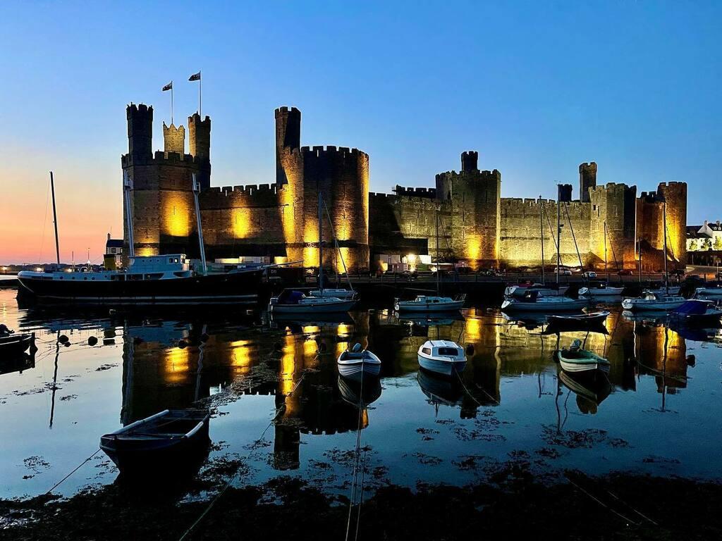 Caernarfon Castle #travel #adventure #wanderlust #vacation #travelgram #explore #holiday #travels #traveler #traveller #traveling #travelling #travelphotography #travelingram #travelblog #travelblogger #traveladdict #exploretocreate #passionpassport #tou… https://t.co/WNJdtS4FjF https://t.co/SLYeD2ShRs
