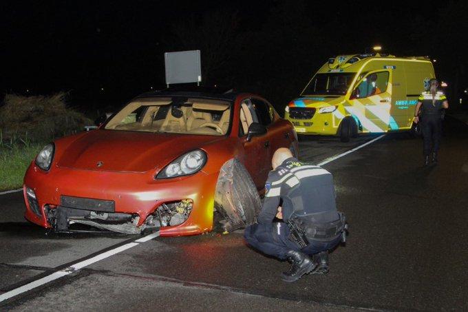 Peperdure Porsche crasht op Haakweg https://t.co/xKSDgnOBn1 https://t.co/3unLDuDsKs