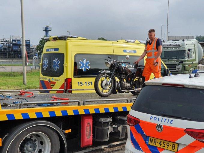 Maasdijk Coldenhovelaan rotonde afslag A20  Maasdijk. Aanrijding motor/vrachtwagen. Één persoon gewond https://t.co/0TaQ38wT3U