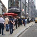 「丸亀製麺」が英国一号店を出店。ロンドンでは破格に安い値段設定でオープン初日は行列が100人超えなのだとか。