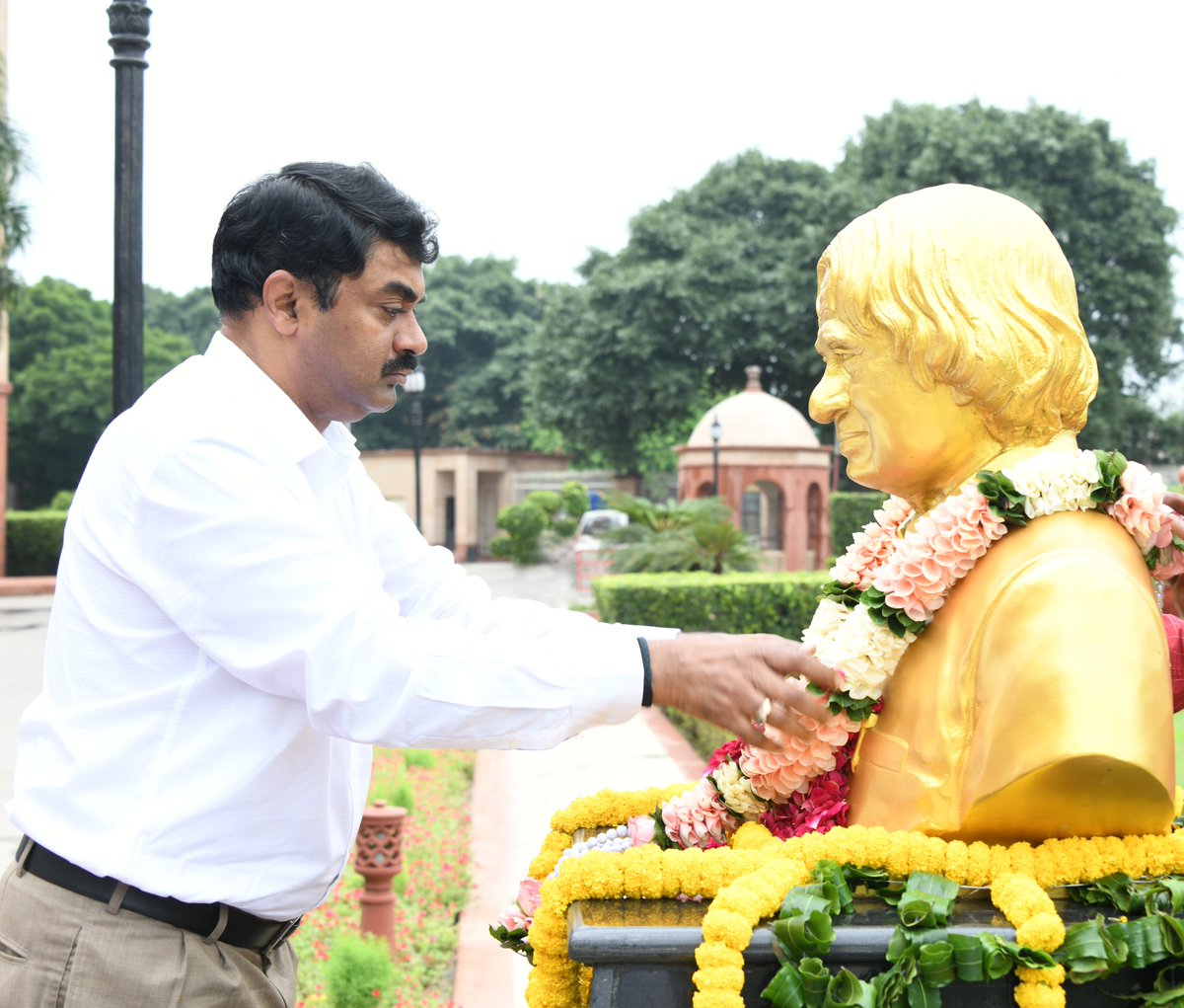 In fond remembrance of Dr APJ Abdul Kalam on his sixth Death  Anniversary, Floral tributes were offered by Chairman DRDO Dr G Satheesh Reddy and other Personnel at DRDO Bhawan. He led DRDO during 1992-1999 taking it to  greater heights. #APJAbdulKalam https://t.co/yN5ITOcCl2