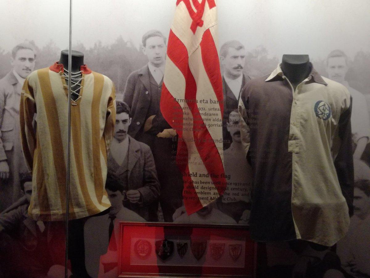 Las primeras camisetas del Athletic. La primitiva azul y blanca y la primera rojiblanca. Joyas d....